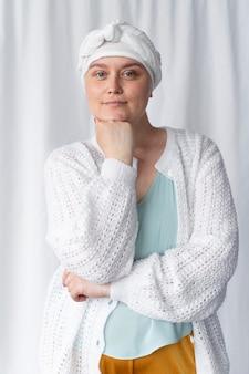 Jovem confiante lutando contra o câncer