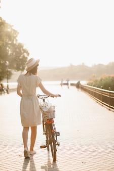Jovem contra o fundo da natureza com bicicleta