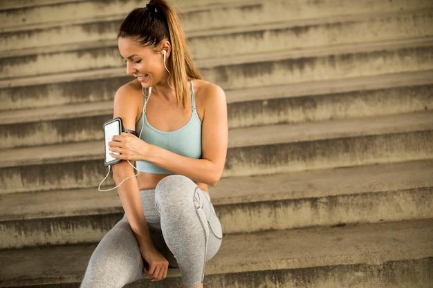 Jovem corredor feminino descansando em agitações