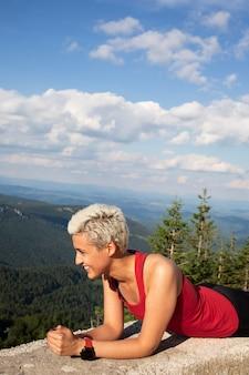Jovem corredor feminino na natureza