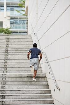 Jovem corredor praticando exercícios de escada