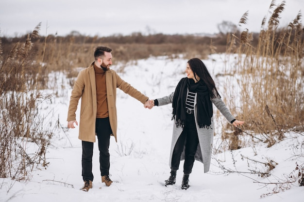 Jovem coyple juntos em um parque de inverno