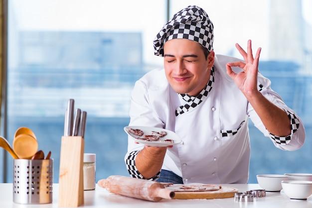 Jovem cozinhar biscoitos na cozinha