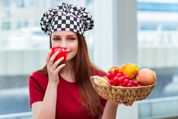 Jovem cozinhar com frutas na cozinha