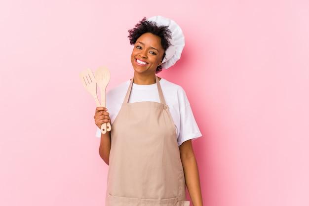 Jovem cozinheira mulher feliz, sorridente e alegre