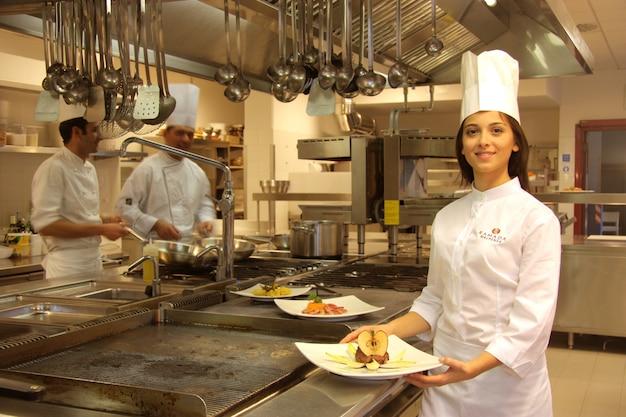 Jovem cozinheiro em uma cozinha de um restaurante