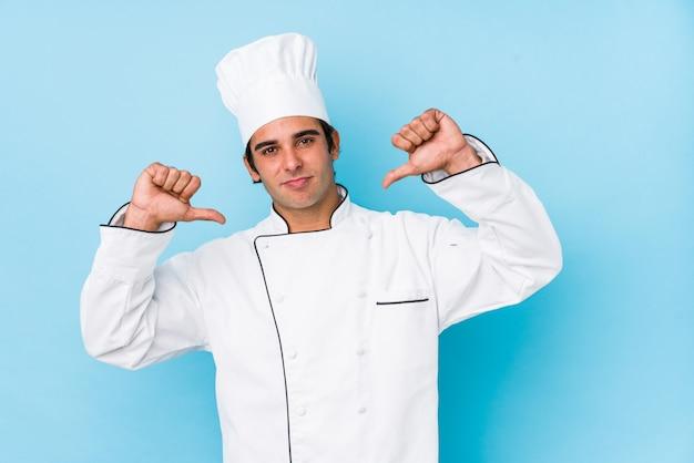 Jovem cozinheiro homem se sente orgulhoso e auto-confiante, exemplo a seguir.