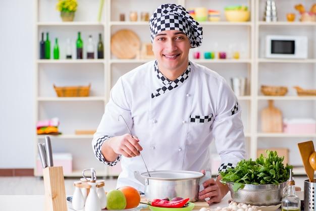 Jovem cozinheiro masculino trabalhando na cozinha
