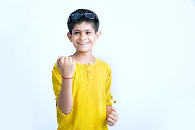 Jovem criança indiana multi expressões