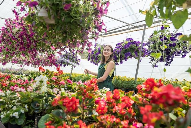 Jovem cuidando de flores