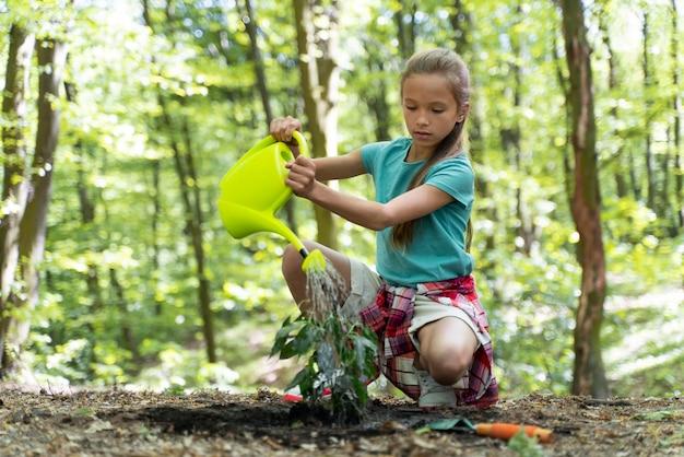 Jovem cuidando do meio ambiente