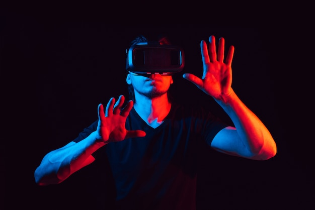 Jovem curtindo com óculos de realidade virtual