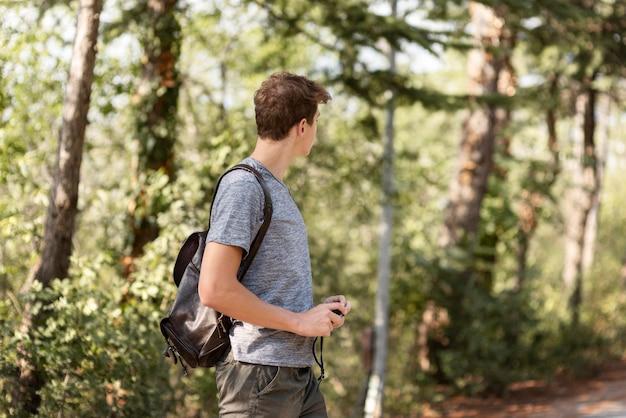 Jovem curtindo um passeio na floresta