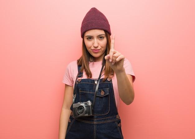Jovem, cute, fotógrafo, mulher, mostrando, numere um