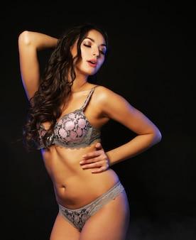 Jovem dançarina de strip-tease sobre escuridão, amor e paixão