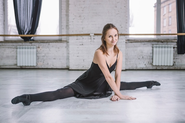 Jovem dançarina que realiza uma divisão