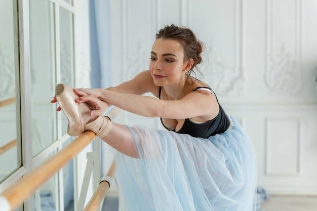 Jovem, dançarino clássico, bailarino, mulher, em, classe dança