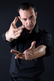 Jovem dançarino de flamenco com lindo vestido no fundo preto.