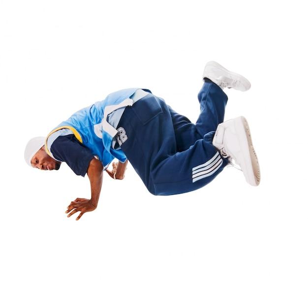 Jovem dançarino de hiphop no branco