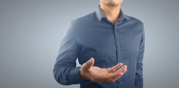 Jovem dando a mão vazia. mão aberta mostrando o conceito