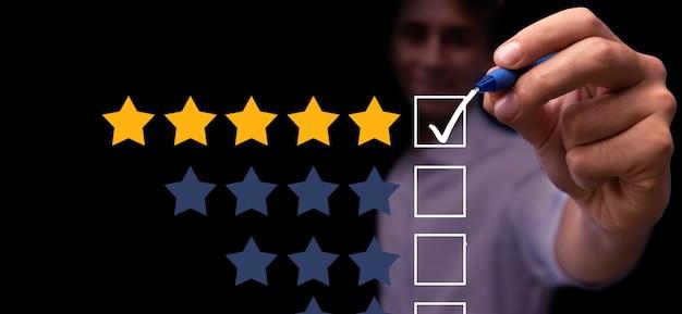 Jovem dando feedback de 5 estrelas sobre a avaliação principal