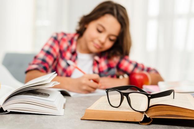 Jovem de ângulo baixo, estudando muito