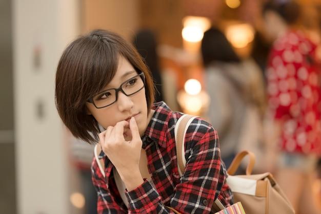 Jovem de asiático no shopping em taipei, taiwan.