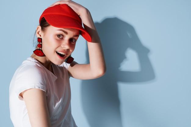 Jovem de boné vermelho moda verão posando fundo isolado. foto de alta qualidade