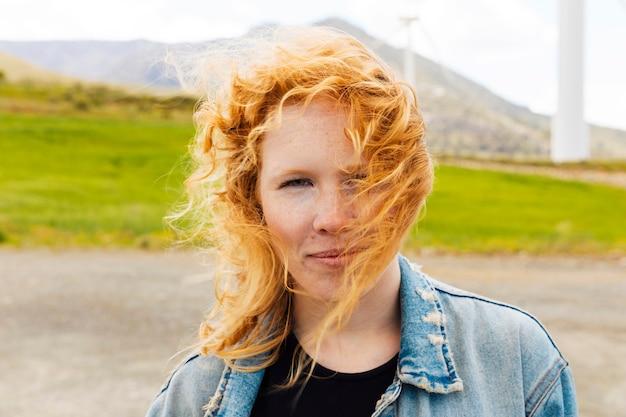 Jovem de cabelos ruivos na natureza