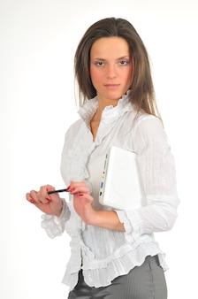 Jovem de camisa branca tem laptop branco nas mãos. isolado