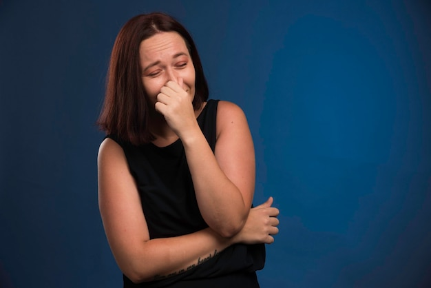 Jovem de camisa preta, prendendo a respiração.