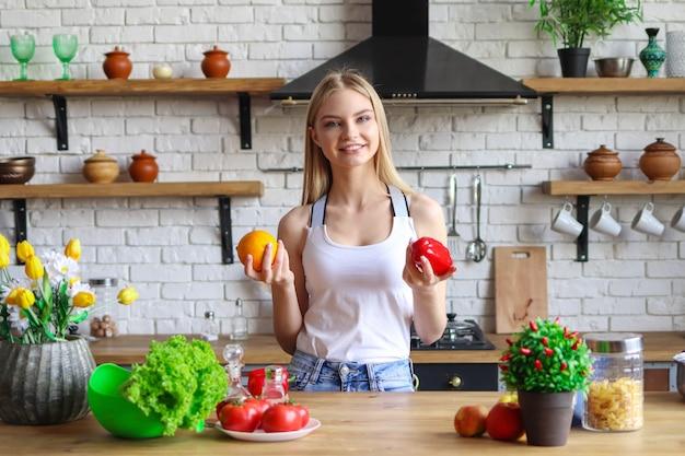 Jovem de dieta, uma vegetariana prepara uma salada