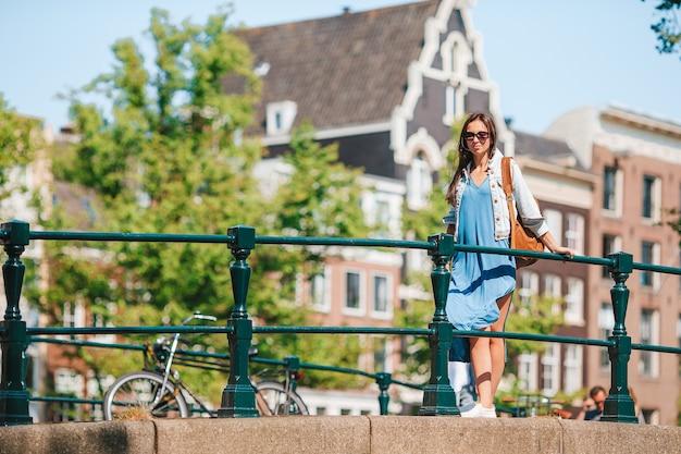 Jovem de férias na europa em amsterdã na ponte