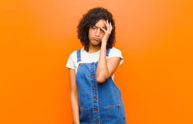 Jovem de jeans em geral com gestos entediados expressivos