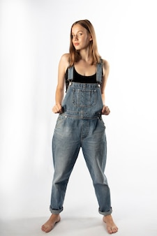 Jovem de macacão jeans,