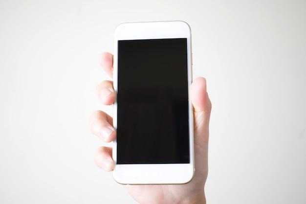 Jovem de mãos segurando telefones inteligentes em branco