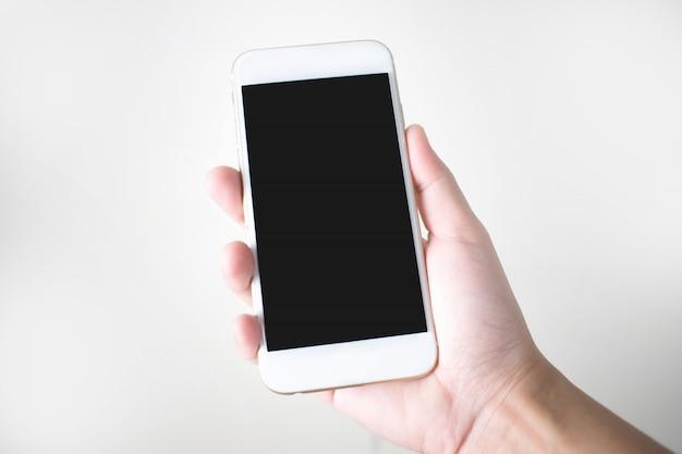 Jovem de mãos segurando um telefone inteligente em um fundo branco