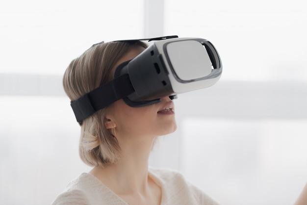 Jovem de óculos de realidade virtual - close-up