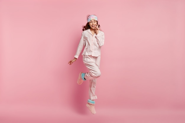 Jovem de pijama e máscara de dormir
