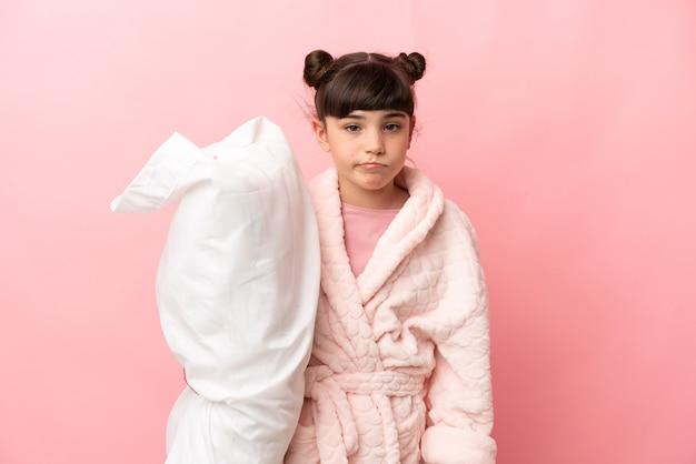 Jovem de pijama sobre fundo isolado