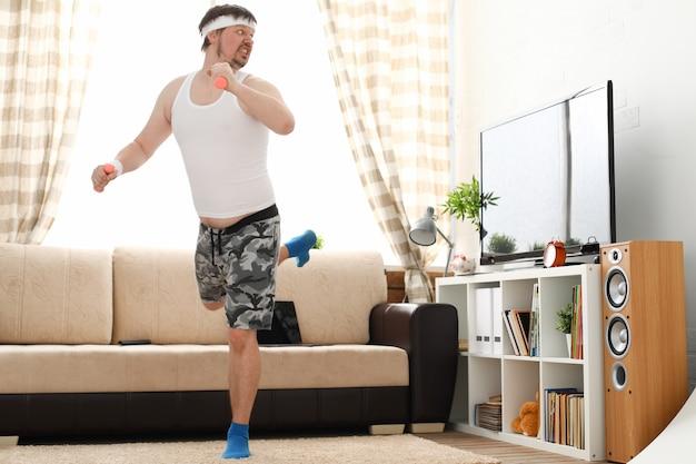 Jovem de short se exercitando em casa