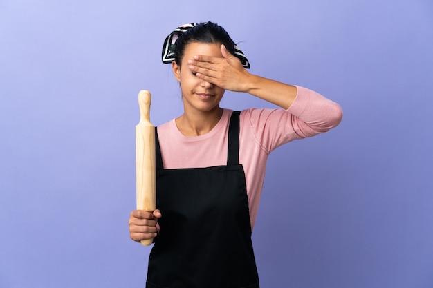 Jovem de uniforme de chef coning os olhos pelas mãos. não quero ver nada