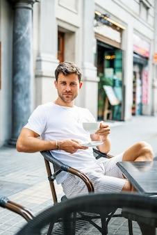 Jovem descansando em um café de rua