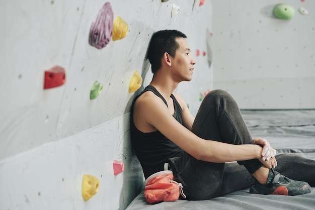 Jovem, descansar, escalando, ginásio