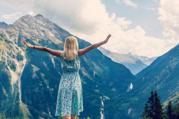 Jovem desfrutando da paisagem natural