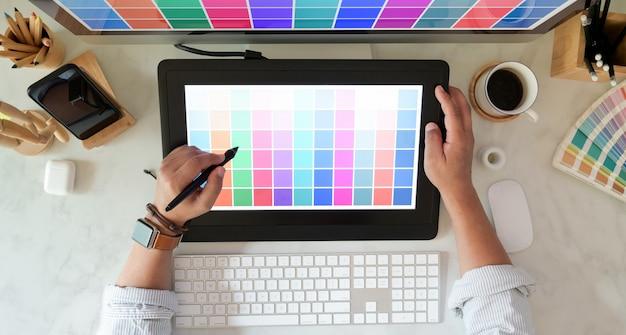 Jovem designer gráfico motivado trabalhando em seu projeto