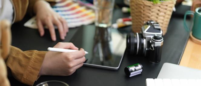 Jovem designer gráfico trabalhando com tablet