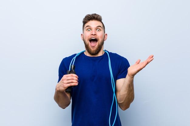 Jovem desportista caucasiana com uma corda de pular comemorando uma vitória ou sucesso