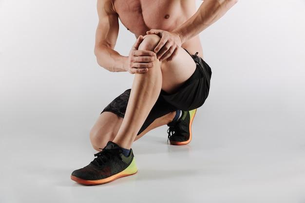 Jovem desportista descontente tem sentimentos dolorosos na perna.