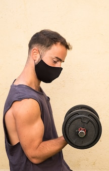 Jovem desportista durante o treino com máscara